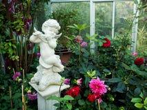 白色天使雕象在Ratchaphruek庭院清迈里 免版税库存照片