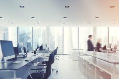 白色天花板办公室,买卖人,边 免版税库存图片