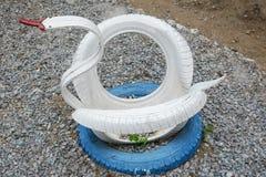 白色天鹅由轮胎制成 库存图片