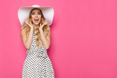 白色太阳帽子的激动的端庄的妇女呼喊 免版税库存图片