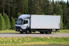 白色奔驰车Atego送货卡车运输 库存图片