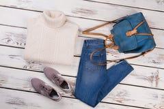 白色套头衫和蓝色牛仔裤 免版税库存图片