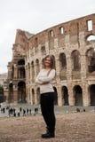 白色套头衫的女孩在罗马 免版税图库摄影