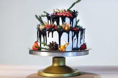 白色奶油色浮冰块用果子和巧克力,在白色背景,侧视图的婚礼赤裸蛋糕 图库摄影