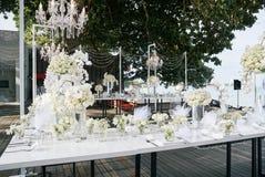 白色奶油色玫瑰,在招待会饭桌上的兰花装饰,花,花卉-关闭  库存图片