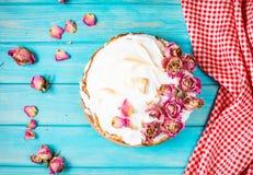 白色奶油色蛋糕在蓝色木背景装饰了干燥上升了 免版税库存图片