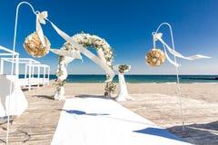 白色婚礼曲拱 库存图片