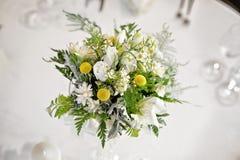 白色婚礼桌花中心部分 库存图片