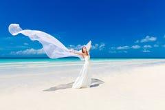 白色婚礼礼服和大长的白色trai的美丽的未婚妻 图库摄影