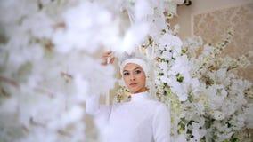 白色婚礼礼服和新娘头饰的美丽的回教新娘 影视素材
