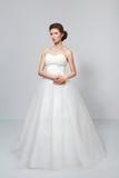 白色婚礼礼服的深色的新娘 免版税库存照片