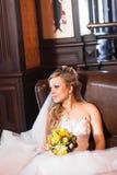 白色婚礼礼服的美丽的新娘与新娘花束 库存图片