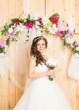 白色婚礼礼服的美丽的新娘与新娘花束 库存照片