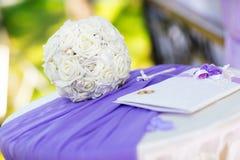 白色婚礼花束和结婚证书 免版税库存图片