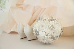 白色婚礼鞋子和现代婚礼花束 免版税库存图片