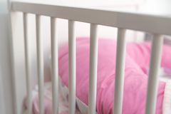白色婴孩小儿床 库存图片