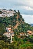 白色安达卢西亚的村庄-镇用增白剂擦-山脉的在卡萨雷斯 库存图片