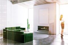 白色客厅,绿色沙发,海报,妇女 库存照片