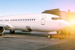 白色客机停放对jetway 图库摄影