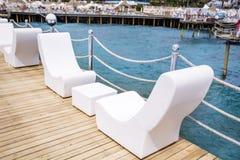 白色室外休息室海sunbeds 库存照片
