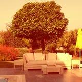 白色室外家具在庭院里 免版税图库摄影