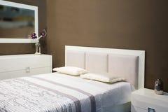 白色家具一套卧室家具 免版税库存图片