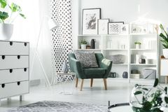 白色家具和绿色扶手椅子 库存照片