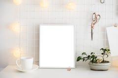 白色家庭办公室室内部,博客作者工作场所 图库摄影