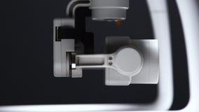 白色寄生虫特写镜头摄像头在表上转动在一个暗室