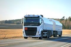 白色富豪集团FH汽油箱卡车在春天晚上 免版税库存照片