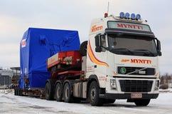 白色富豪集团FH16半特大装载运输在冬天 库存图片