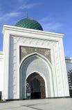 白色对清真寺的入口 免版税库存图片