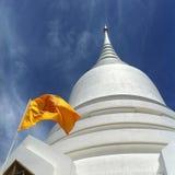 白色寺庙和旗子 库存照片