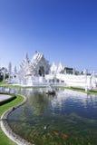 白色寺庙和鱼。 库存图片