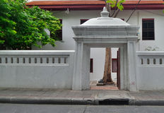白色寺庙门和墙壁 免版税库存照片
