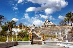 白色寺庙Wat Kaew Korawaram在Krabi镇 泰国 免版税库存图片