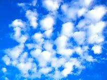 白色小云彩在与蓝天的小组安排了 图库摄影