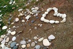 白色小卵石心脏 图库摄影