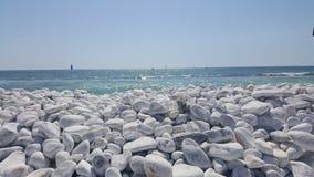 白色小卵石海滩在比萨,意大利 库存照片