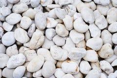 白色小的石头在背景中 库存图片