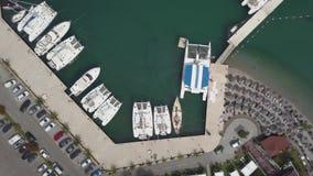 白色小船、在小游艇船坞停放的游艇和筏 股票视频