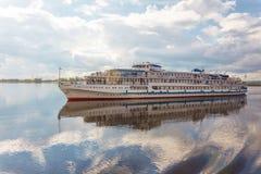 白色小船和它的反射 免版税图库摄影