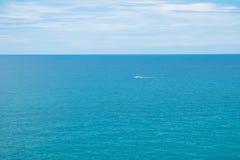 白色小船在海洋,芭达亚,春武里市,泰国 免版税库存照片