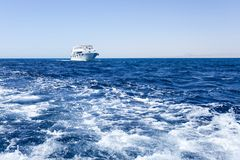 白色小船在红海 图库摄影