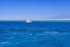 白色小船在红海 免版税库存图片