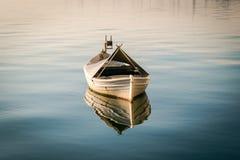 白色小船在水中 免版税库存图片