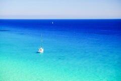 白色小船在费埃特文图拉岛的,西班牙海洋 免版税图库摄影