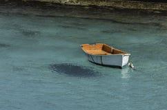 白色小船在绿松石海 库存图片