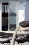 白色小船开放玻璃门系船柱船坞 免版税库存图片