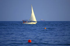白色小船航行 库存图片